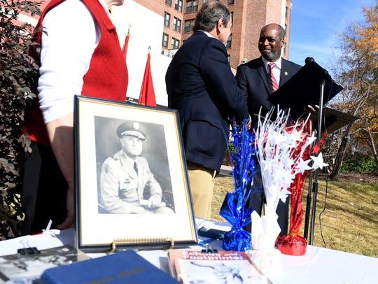 Vice Mayor Ernest Brooks II presents Bob Frankland