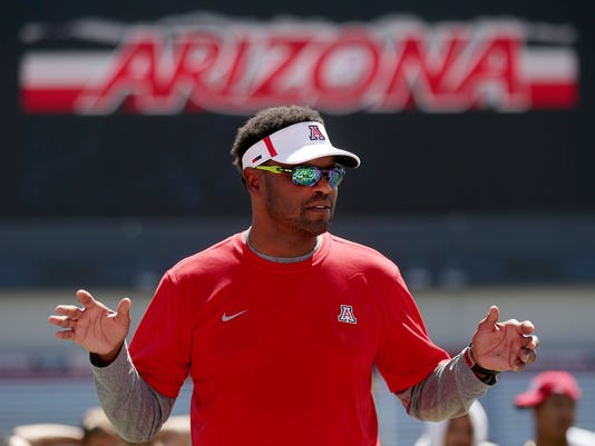 Arizona Wildcats run drills with kids