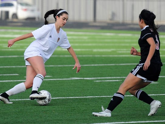 Wylie's Gracie McCaslin (4) makes a move against Mineral