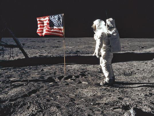 astronaut behind - photo #3