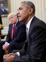 Trump observa a Barack Obama.
