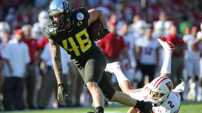 Oregon tight end Hunter Kampmoyer breaks a tackle against Wisconsin in the Rose Bowl. [Chris Pietsch/The Register-Guard] - registerguard.com
