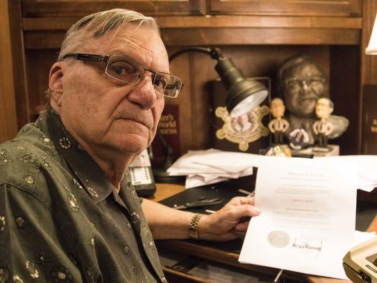 Joe Arpaio sostiene en sus manos la carta de indulto