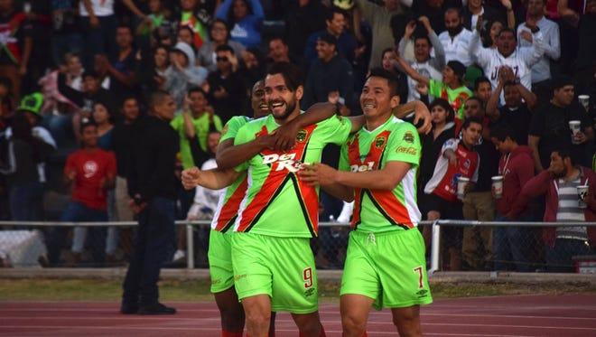 Jugadores de los Bravos del FC Juárez celebran uno de los goles conseguidos frente a la UdeG.