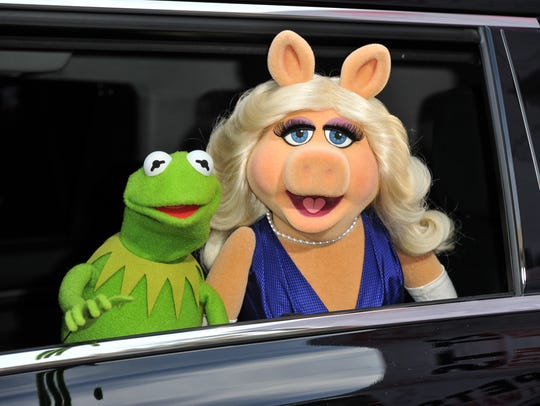 Kermit the Frog, left, and Miss Piggy arrive at the