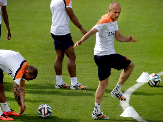 Arjen Robben, right and Wesley Sneijder, left, of the Netherlands soccer team stretch during a training session in Rio de Janeiro Brazil, on Saturday June 7, 2014.  The Netherlands play in group B of the 2014 soccer World Cup. (AP Photo/Wong Maye-E)