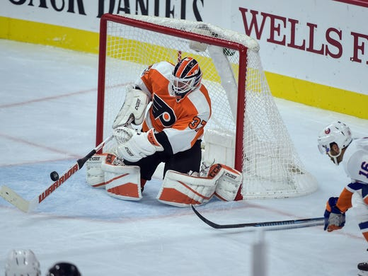 573e9e20db1 Philadelphia Flyers goalie Brian Elliott (37) sweeps
