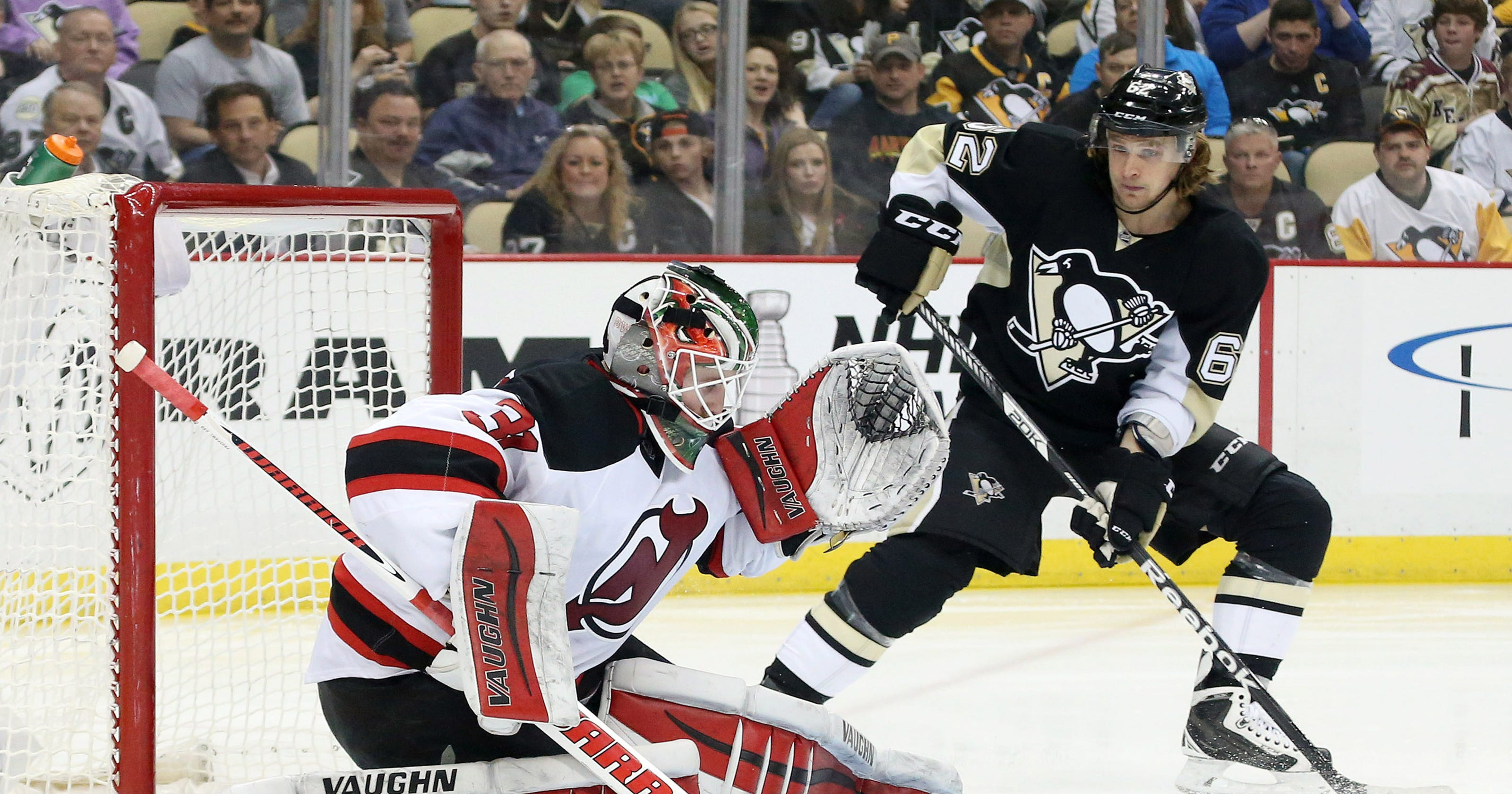 bcde5c3f953 Penguins win-streak snapped by Devils' Scott Wedgewood's first shutout