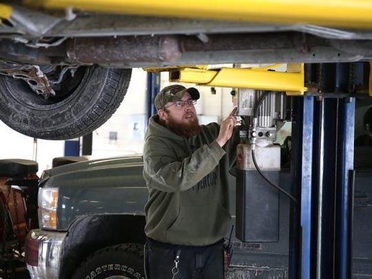 Self serve auto shops cater to diy mechanics david mccartney an oil lube specialist at the diy solutioingenieria Images