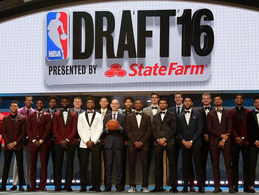 Prospective NBA draft picks pose for a group photo with NBA Commissioner Adam Silver, center, before the start of the NBA basketball draft, Thursday, June 23, 2016, in New York. (AP Photo/Frank Franklin II)