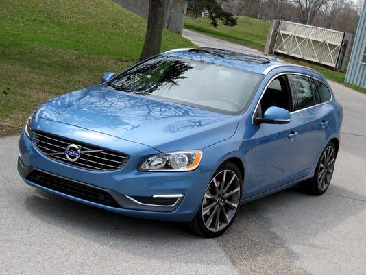 2015-Volvo-V60-sport-wagon-