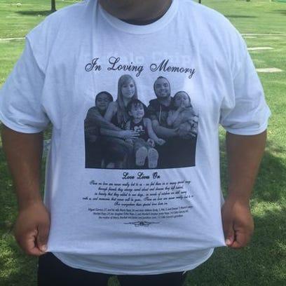 La familia vistió camisas blancas durante el funeral.