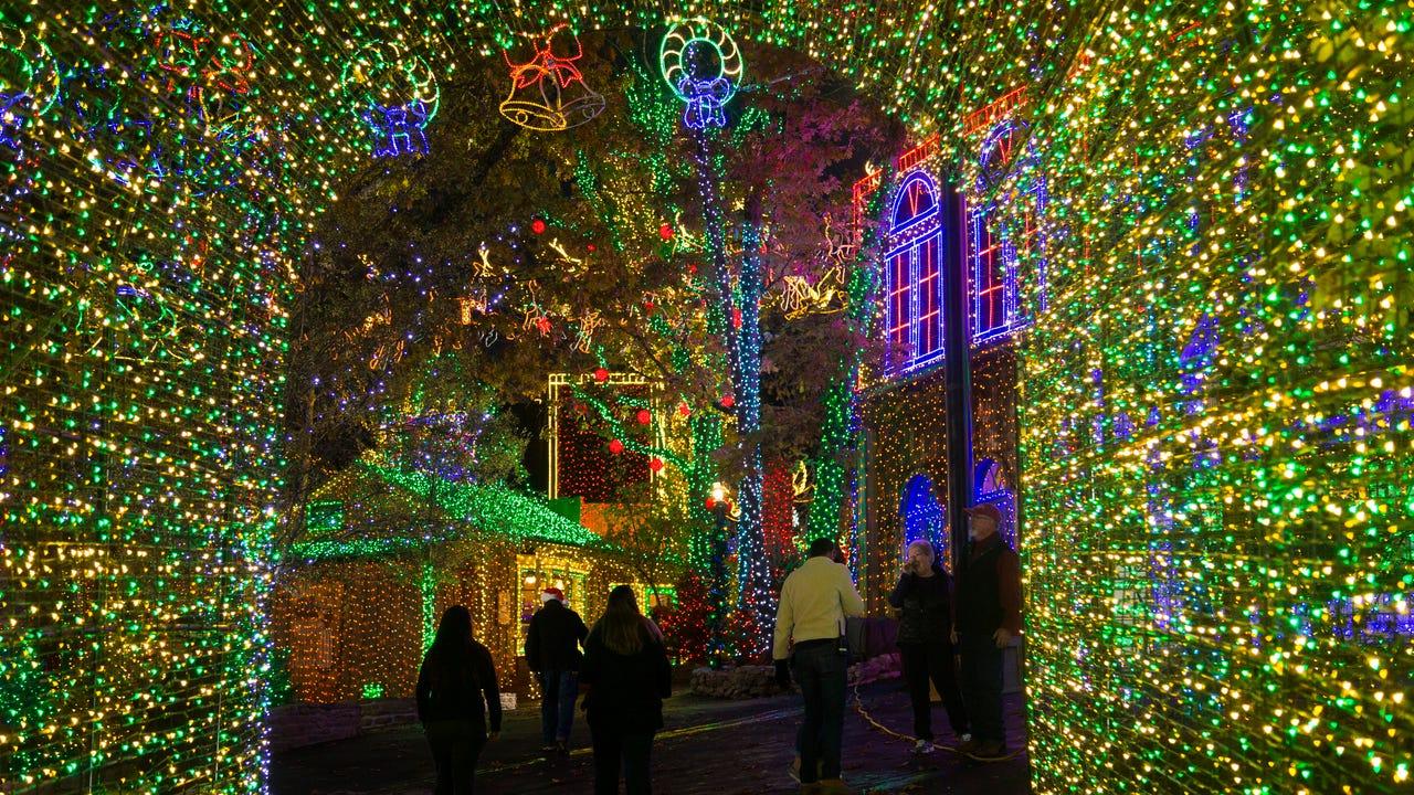 Branson Christmas Lights 2019.Silver Dollar City Transforms Into A Christmas Wonderland