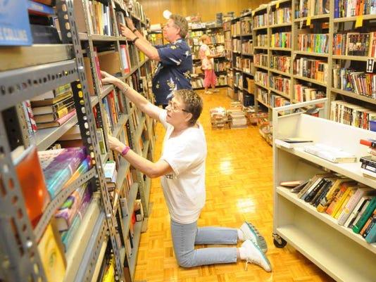 082116-st-librarysale2.jpg