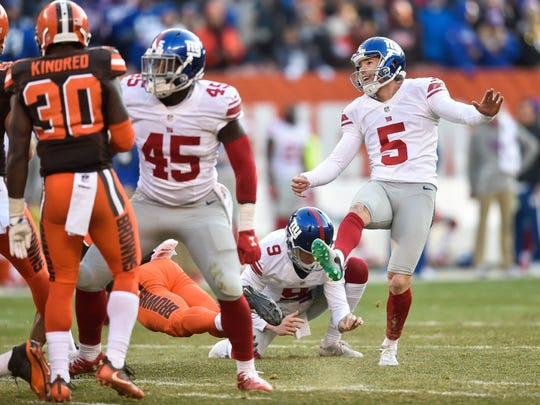 New York Giants K Robbie Gould (5) watches his extra-point