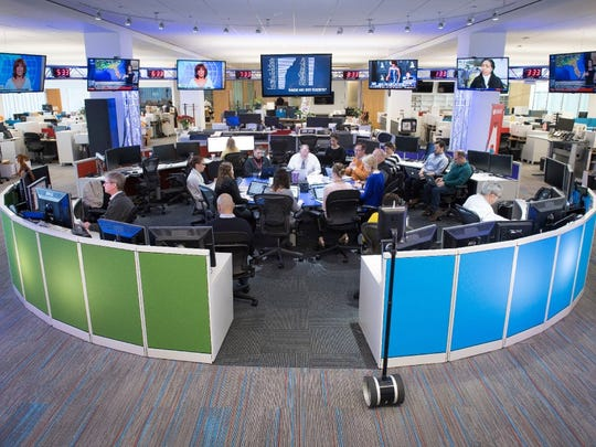 The USA TODAY Newsroom Hub durante una reunión matutina.