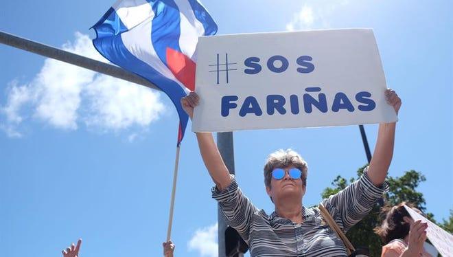 Con las manos amarradas con cadenas, con una camiseta que ella misma diseñó y acompañada de un grupo de exiliados cubanos, la hija del disidente Guillermo Fariñas, Alicia Fariñas, lanzó hoy desde Puerto Rico una campaña en apoyo a su padre, en huelga de hambre desde hace 51 días.