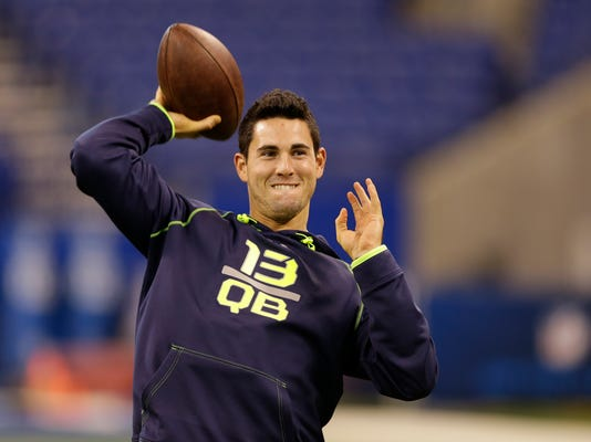 """FILE - In this Feb. 23, 2014, file photo, Georgia quarterback Aaron Murray throws during a drill at the NFL football scouting combine in Indianapolis. While his buddies were bunking down to watch Jack Bauer on """"24,"""" or cruising through channels in search of a ballgame, Kansas City Chiefs quarterback Aaron Murray was settling in for another episode of """"The Bachelorette."""" Thats because his brother, former minor league baseball player Josh Murray, is one of the eight beaus still in the mix. (AP Photo/Michael Conroy, File)"""