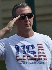 Un hombre muestra su respeto hacia el senador, en el último adiós.