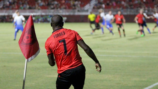 Phoenix Rising's Billy Forbes (7) watches the ball after a corner kick against Rio Grande Valley at Phoenix Rising Soccer Complex on Sept. 5, 2018.