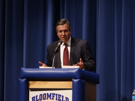 Scott Michlin moderates a candidate forum on Tuesday at Bloomfield High School.