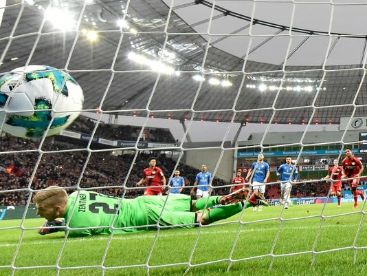 Leverkusen's Wendell scores a penalty against Mainz goalkeeper Robin Zentner during the German Bundesliga soccer match between Bayer Leverkusen and FSV Mainz in Leverkusen, Germany, Sunday, Jan. 28, 2018. (AP Photo/Martin Meissner)