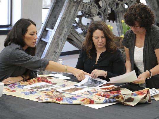 Hgtv 39 S Joanna Gaines To Release York Inspired Wallpaper
