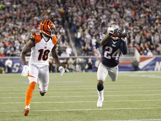 Former New England Patriots cornerback Darrelle Revis intercepts a pass intended for Bengals wide receiver A.J. Green in 2014. Andy Dalton will challenge the current New York Jets corner on Sept. 11.