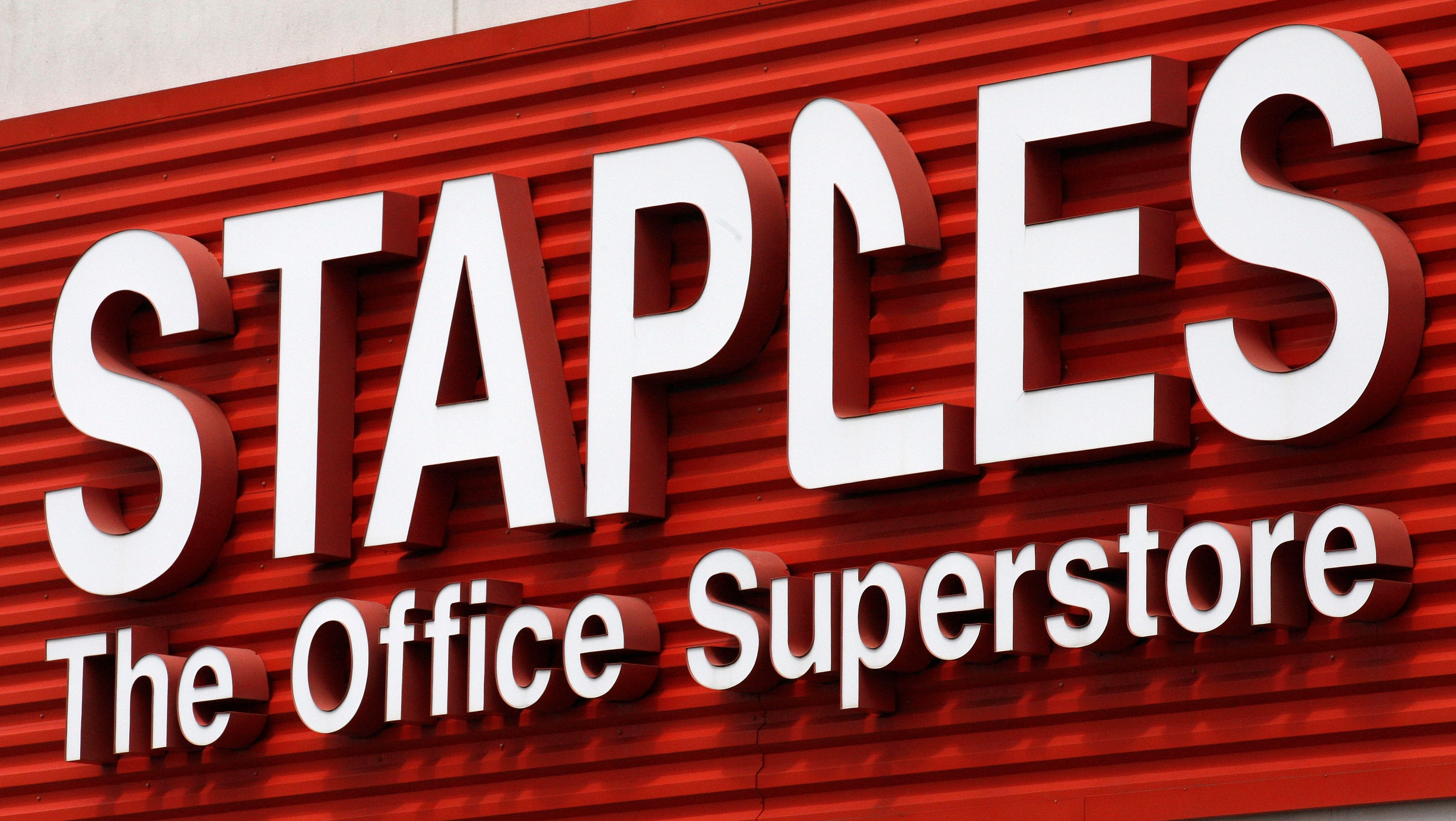 staples closing 225 stores strengthens online focus