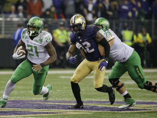 Oregon running back Royce Freeman (21) carries the ball in the second half of an NCAA college football game against Washington, Saturday, Oct. 17, 2015, in Seattle. Oregon beat Washington 26-20. (AP Photo/Ted S. Warren)