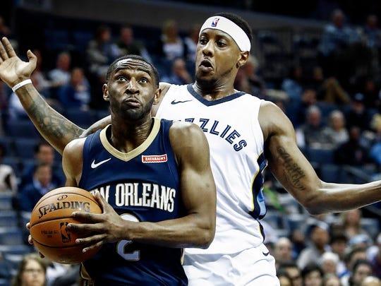 Memphis Grizzlies guard Mario Chalmers (right ) defends