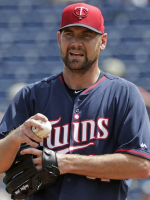 Minnesota Twins pitcher Mike Pelfrey pauses on the mound March 23, 2015.