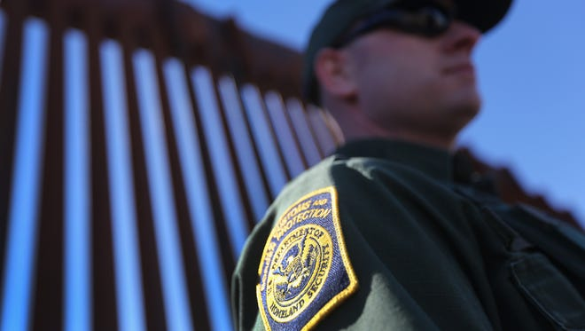 Getty Images El agente fue tratado en un hospital y dado de alta. NOGALES, AZ - FEBRUARY 26:  A U.S. Border Patrol agent stands at the U.S.-Mexico border fence on February 26, 2013 in Nogales, Arizona. Various federal agencies are tasked with securing the border from drug smugglers and illegal immigration in the Tucson sector of Arizona. (Photo by John Moore/Getty Images)