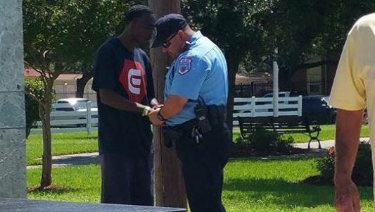It's a picture that has gone viral: an ex-convict praying with a Texas City police officer.