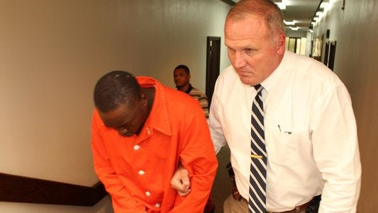 Capt. Mike Granthum of the Dallas County Sheriff's Department escorts James Junior Minter toward a courtroom for a hearing on Sept. 21.
