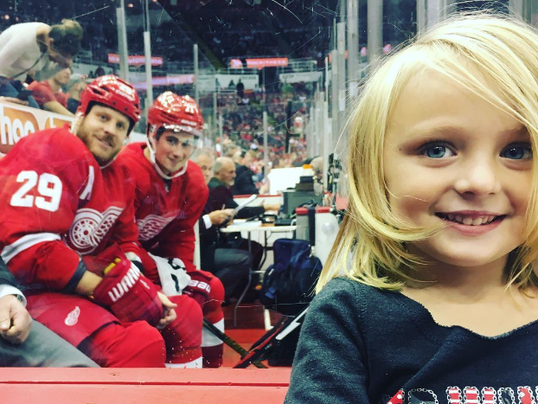 See This Detroit Red Wings Pull Off The Cutest Photobomb Ever