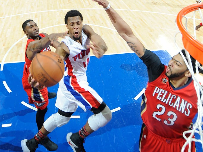 Pistons' Ish Smith scores over the Pelicans E' Twaun