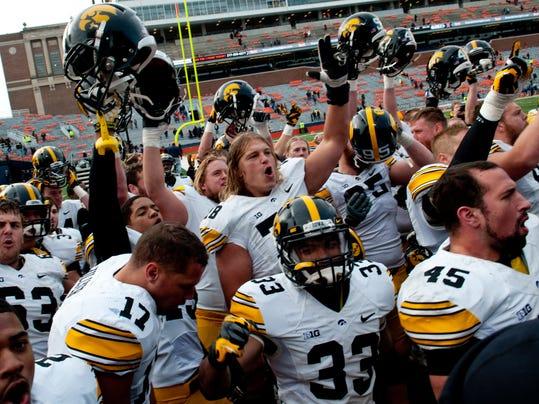 Iowa Illinois Footbal_Leis (1).jpg