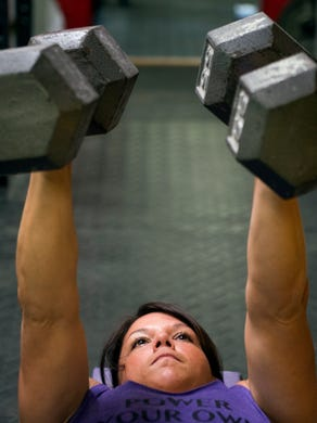 Power lifting: Muscle Mom squat-lifts three times her body