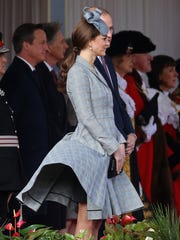 London's cold wind blew up Duchess Kate's McQueen coatdress when she welcomed the president of Singapore on a state visit on Oct. 21.
