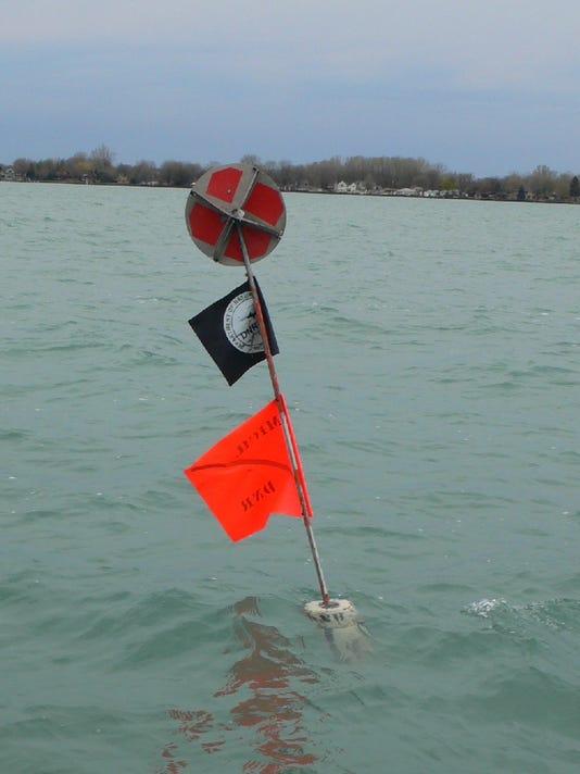 TN_flag_w_radarreflector1.JPG