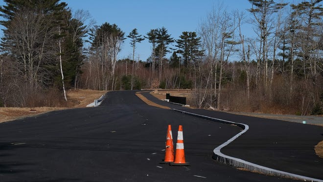 York's Board of Selectmen voted unanimously Monday to hire construction firm R.J. Grondin & Sons of Gorham to finish the signalized intersection at U.S. Route 1 and Short Sands Road.