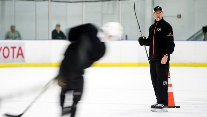 Flyers coach Dave Hakstol is tasked with trying to develop rookies while the team tries to win.