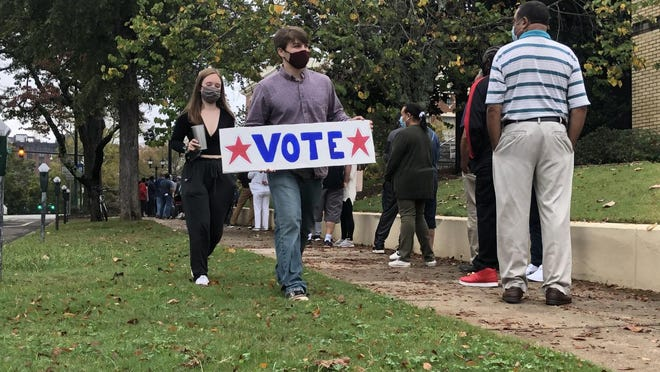 A line of more than 200 formed Monday morning during the first day of advance voting at the Athens-Clarke County Board of Elections office downtown. [Photo Ryne Dennis/Athens Banner-Herald