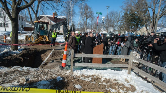 (Caption Information) Flint Mayor Karen Weaver, with Lansing Mayor Virgil Bernero and Fast Start Director Michael McDaniel far left) announces the first digging/replacing water pipes to a home on the corner of Pierce & Greenfield streets in Flint, Michigan February 4, 2016. The company doing the digging is Fessler & Bowman. (John M. Galloway/Special to the News)