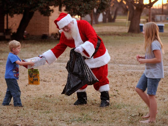 Help With Christmas Gifts.Merkel Police Help Santa Deliver Early Christmas Gifts