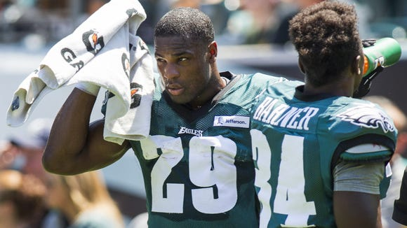 Eagles running back DeMarco Murray wipes sweat from his face as he practices at Lincoln Financial Field on Tuesday.