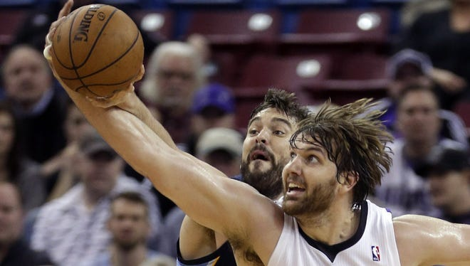 Sacramento Kings center Aaron Gray, right, battles for the ball Jan. 29, 2014.