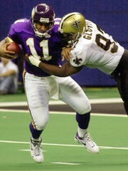 Vikings quarterback Daunte Culpepper tries to avoid