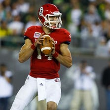 <90,-33>Coyotes QB Kevin Earl appears to have broken his thumb in Saturday's loss to Oregon.